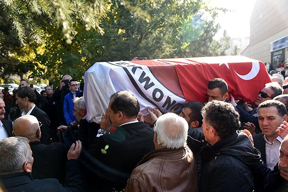 İsmet Iraz'ın cenazesi, Ankara'da toprağa verildi.