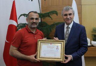 Esat Delihasan'dan Sakarya Büyükşehir Belediye Başkanı Ekrem Yüce'ye Onur (Dan) Diploması